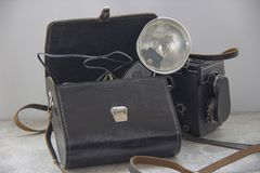 Винтажная вспышка и камера на таблице стоковая фотография rf