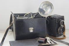 винтажная вспышка и камера на таблице стоковые изображения rf