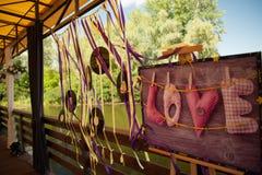 Винтажная влюбленность слова свадебной церемонии оформления на деревянной плите Стоковые Фото