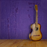 Винтажная гитара на текстуре предпосылки grunge Стоковые Изображения
