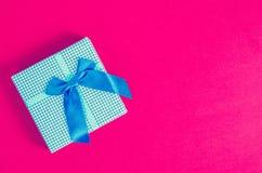 Винтажная голубая подарочная коробка стоковые изображения rf