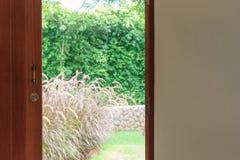 Винтажная деревянная дверь открытая Стоковое Фото