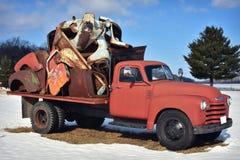 Винтажная деревенская тележка держа старье Стоковое фото RF