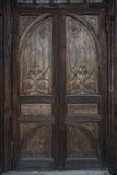 Винтажная деревянная двойная дверь с высекать Стоковая Фотография RF