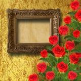 Винтажная деревянная рамка с листьями красной розы и зеленого цвета Стоковая Фотография RF