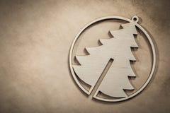 Винтажная деревянная рождественская елка на бумажных торжествах предпосылки жульничает Стоковая Фотография