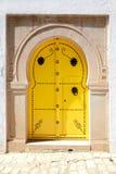 Винтажная желтая дверь в арабском стиле с орнаментом металла Стоковое фото RF