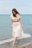 Винтажная женщина играя на пляже Стоковое Изображение RF
