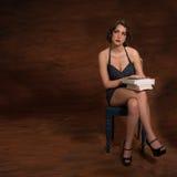 Винтажная женщина сидя на стуле с книгами Стоковые Фото