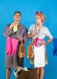 Винтажная женщина эконома Человек и женщина Любовь Мама Multitasking Выполнять различные обязанности домочадца Горничная или стоковые изображения rf