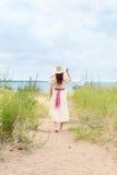 Винтажная женщина redhead идя на путь пляжа Стоковое Фото
