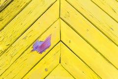 Винтажная желтая деревянная предпосылка с фиолетовым пятном стоковая фотография