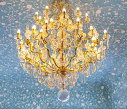 Винтажная золотая люстра в стиле барочных и рококо Стоковые Фотографии RF