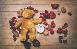 Винтажная игрушка и будильник плюшевого медвежонка Стоковые Фотографии RF