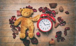 Винтажная игрушка и будильник плюшевого медвежонка Стоковые Фото