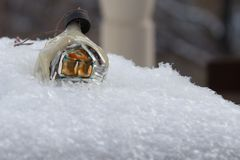 Винтажная игрушка рождества: покрытый снег дом снежок предпосылки реальный Стоковые Фото