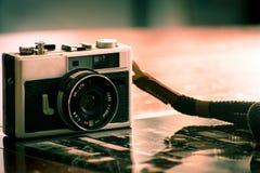 Винтажная камера для сетноой-аналогов фотографии фильма стоковая фотография