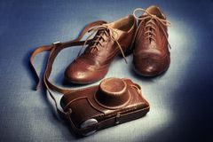 Винтажная камера и ботинки Стоковое фото RF