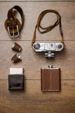 Винтажная камера и кожаный пояс на деревянном поле Стоковые Изображения RF