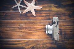 Винтажная камера на деревянной предпосылке Стоковое Фото