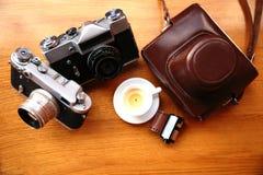 Винтажная камера на деревянном столе Стоковые Фото
