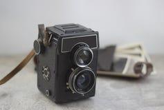 Винтажная камера на таблице стоковое фото rf