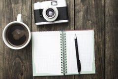 Винтажная камера, дневник с лотком и кофе pf чашки стоковая фотография
