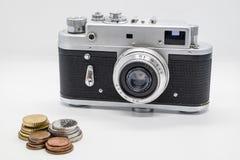 Винтажная камера некоторые деньги и монетки Стоковое Фото