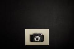 Винтажная камера фильма на таблице офиса Стоковые Фотографии RF