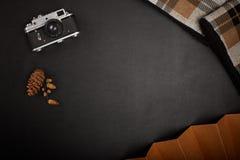 Винтажная камера фильма на таблице офиса Стоковые Изображения RF