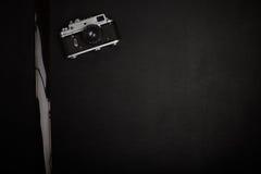 Винтажная камера фильма на таблице офиса Стоковая Фотография
