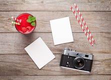 Винтажная камера, 2 фото и smoothie поленики Стоковые Фотографии RF