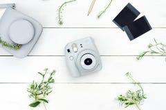 Винтажная камера фото на белой предпосылке с карточками фото Фотокамера Поляроид Камера белизны Instax Плоское положение стоковое изображение