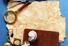 Винтажная карта, компас, увеличитель стоковые изображения