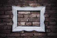 Винтажная картинная рамка на предпосылке brickwall Стоковые Фотографии RF