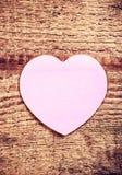 Винтажная карточка дня валентинок с бумажным сердцем на деревенском деревянном ба Стоковое Изображение