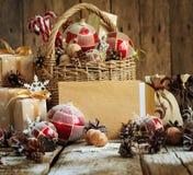 Винтажная карточка с яркими ретро игрушками ели и письмом, корзина, Стоковая Фотография RF