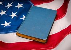 Винтажная книга на американском флаге Стоковое Изображение RF