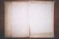 Винтажная книга, открытая, на деревянной предпосылке Стоковое Изображение RF