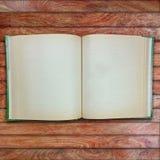 Винтажная книга, открытая, на старое деревянном Стоковые Фотографии RF