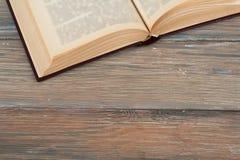 Винтажная книга, открытая, на старом деревянном столе Стоковая Фотография
