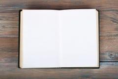 Винтажная книга, открытая, на старом деревянном столе Стоковое Изображение RF
