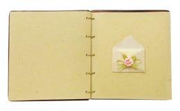Винтажная книга открытая с конвертом Стоковые Изображения