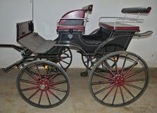 Винтажная колесница старого стиля в амбаре стоковая фотография rf