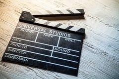 Винтажная колотушка фильма на деревянном столе стоковые фотографии rf