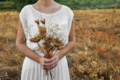 Винтажная концепция при молодая женщина держа букет сухой подачи стоковое изображение rf