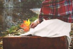 Винтажная концепция при молодая женщина держа лист осени в ей стоковые фото