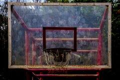 Винтажная корзина баскетбола с много меткой шарика на прозрачной доске Стоковое Фото