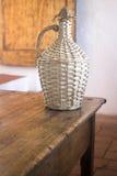 Винтажная корзина бутылки вина в старом доме Стоковые Фотографии RF