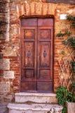 Винтажная коричневая деревянная дверь в Тоскане, Италии стоковые фото